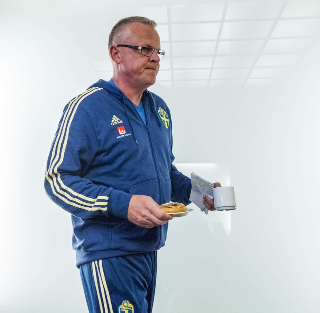 infšr vm 2018 i ryssland. svenska landslaget trŠnar. jan andersson janne, fotbollstrŠnare sverige fšrbundskapten, dricker kaffe och Šter bulle. fikar