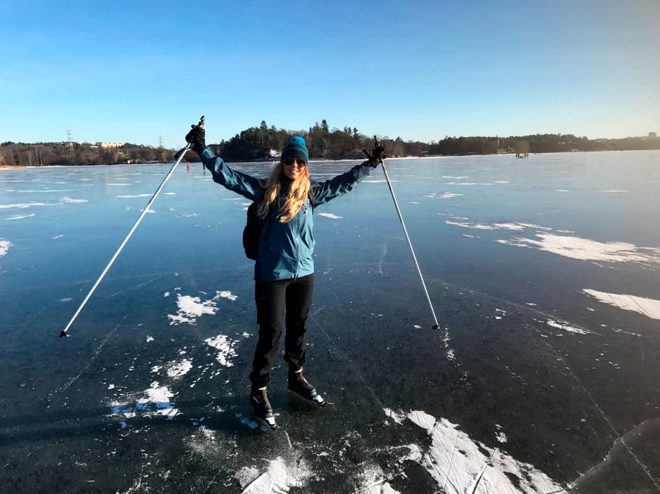 Svart Karin Karlsson trivs som bäst när hon kombinerar stads- och naturliv. På vintern åker hon gärna långfärdsskridskor och snowboard. Det går inte en enda dag utan att hon cyklar till jobbet. – Då hinner jag sortera alla tankar under cykelturen, säger hon.