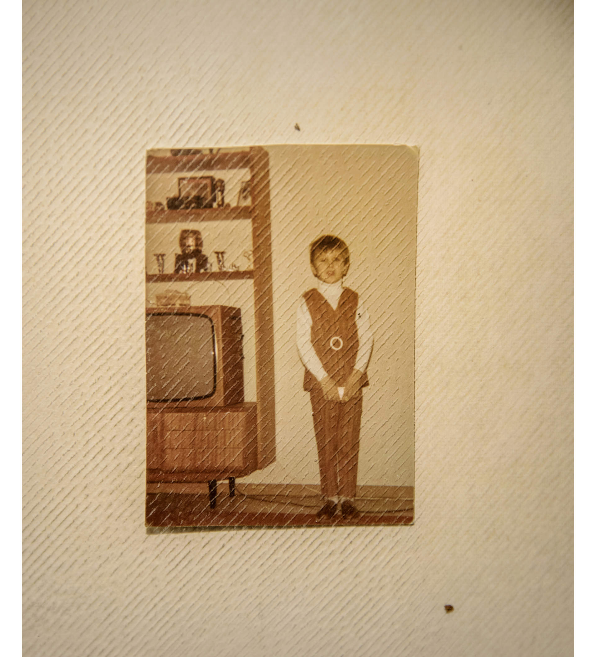 Image of a young Pekka in his childhood home.