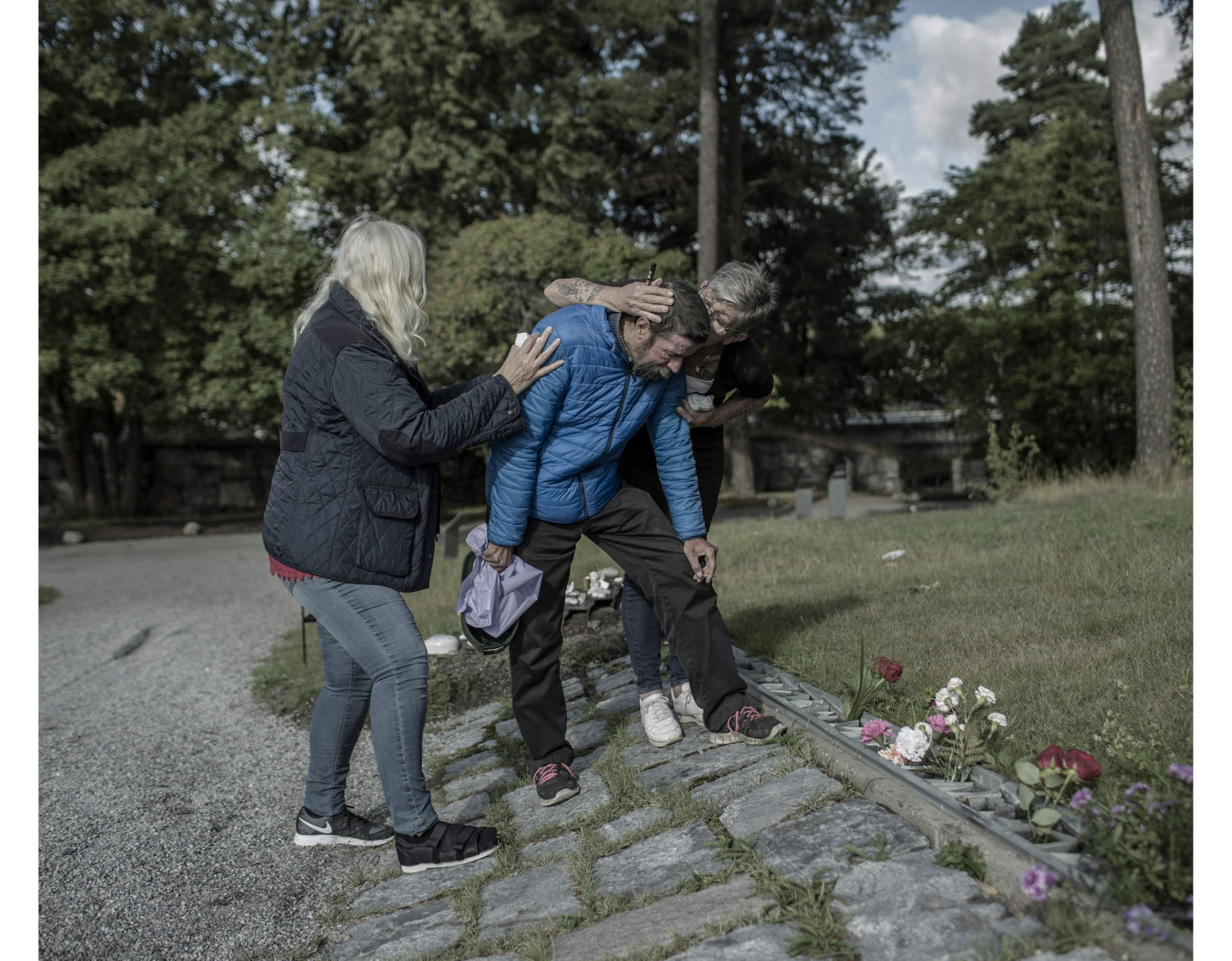 Pekka is dead. Matte is comforted by friends as he visits a memorial to give a flower to his best friend Pekka. Tears are running down his face. He has difficulty standing up