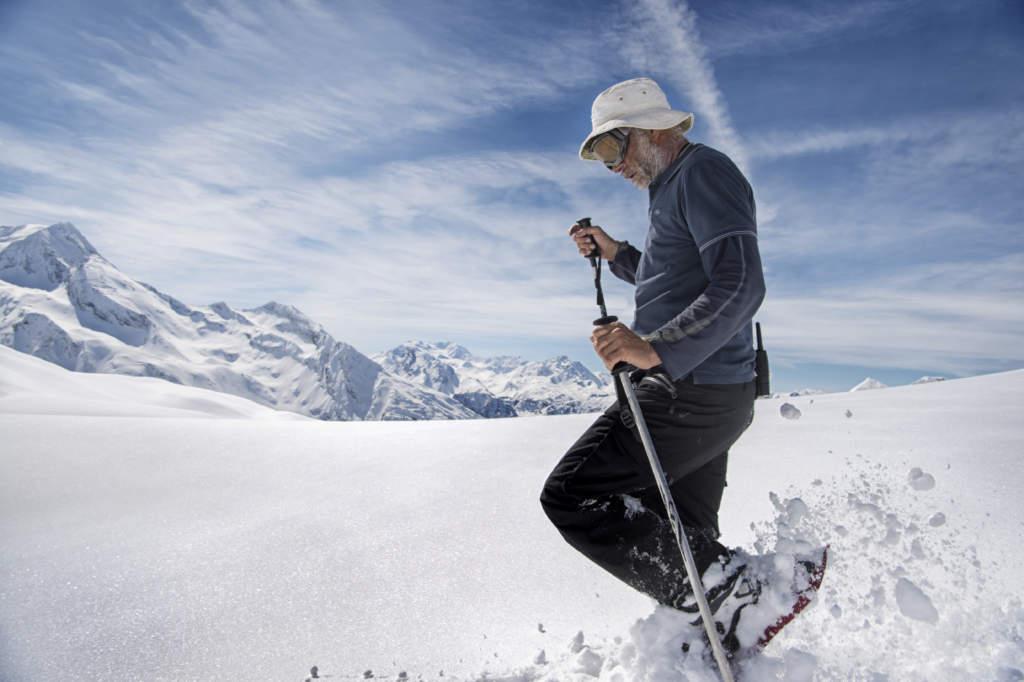 Snökonstnären Simon Beck  vandrar genom de franska alperna.