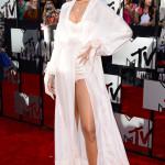 En annan som skapade tissel tassel på röda mattan var som alltid Rihanna som var klädd i någon slags morgonrock över sina underkläder...