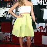 Jessica Alba strålar alltid och den här gången satsar hon på trenden med att visa magen.  Riktigt somrig look!