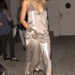 Och Rihanna är ute och partajar i nattsärken! Inget förvånar när det gäller Ri-ri, frågan är dock nu: vad tycker du?