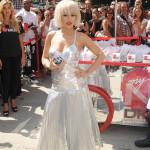 Rita Ora gillar metallic-trenden och går all in!