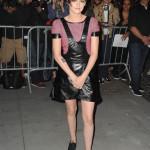 Ser nästan ut som om Kristen Stewart tagit på sig klänningen på fel håll men det är helt enkelt en ovanlig design. Bu eller bä?