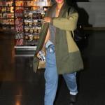 """Rihanna försöker göra sig """"osynlig"""" i hobo-stil."""