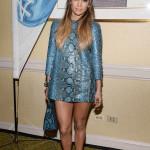 J.Lo igen - frågan är om det här är en klänning eller om det är en topp som hon använder som klänning?