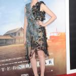 Fågelskrämme-looken verkar vara tillbaka, Anne Hathaway verkar i alla fall nöjd i look från Rodarte.