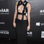 Miley Cyrus är definitivt inte rädd för att visa hud som hon bevisar med all tydlighet i denna kreation av Tom Ford.