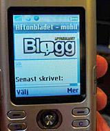 Läs bloggar i mobilen. Foto: Arna Sunje
