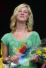Åsa Petersen tar emot regnbågspriset 2006. Foto: Pernilla Wahlman