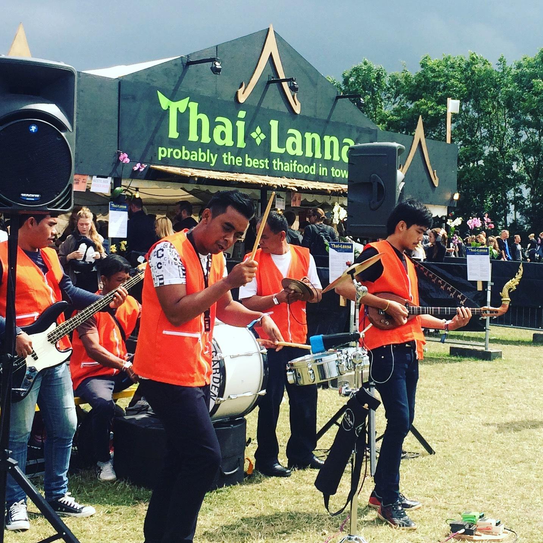 I Roskilde finns rocken överallt. Även utanför en trevlig thairestaurang. Notera killen till höger och hans instrument.