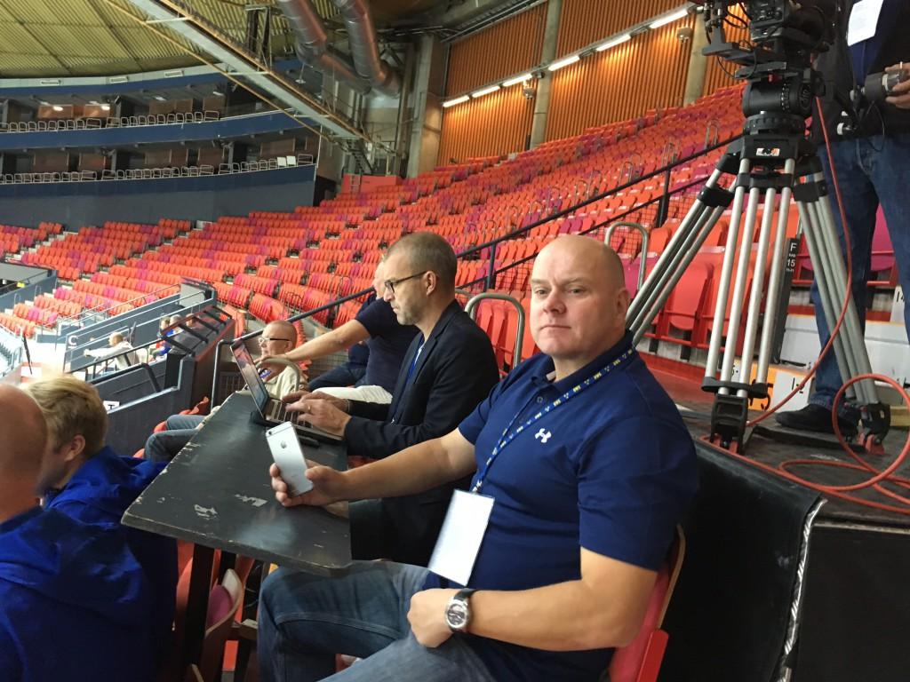 Sportbladets Glimmer Twins, Abris och Front 242--Åke, på spaning efter nyhetsvinklar.