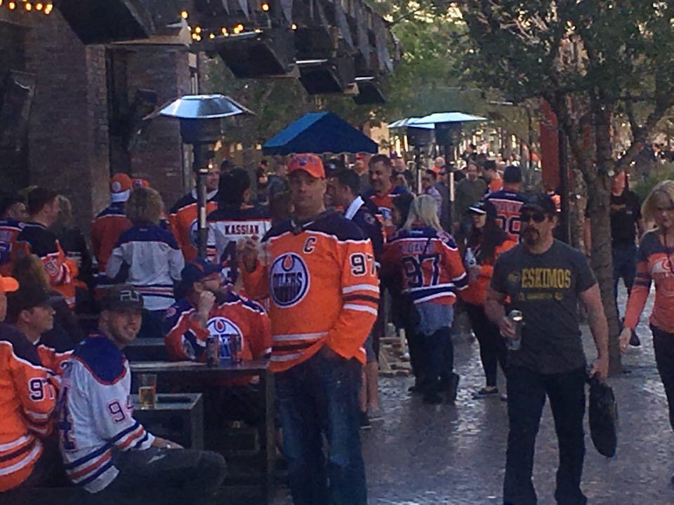 Oilers-fans utanför T-dojan.