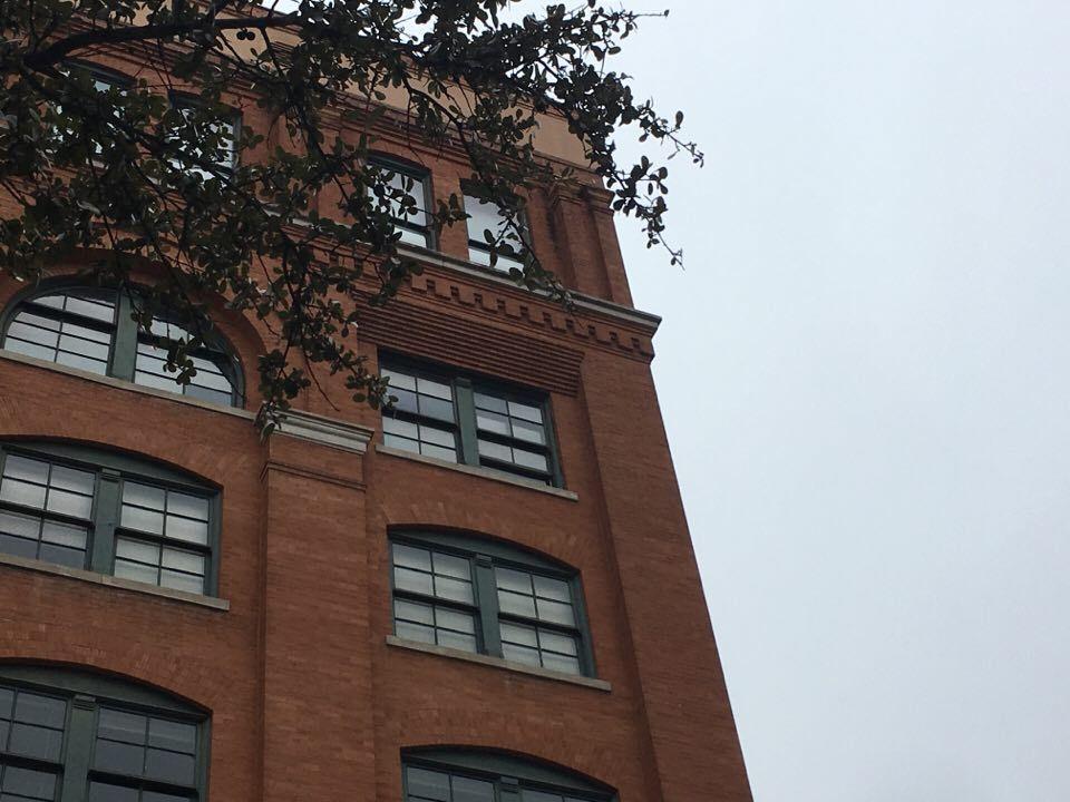 Där uppe i fönstret på sjätte våningen ska Lee Harvey Oswald ha stått 22 november 1963. Men jag vet inte jag...