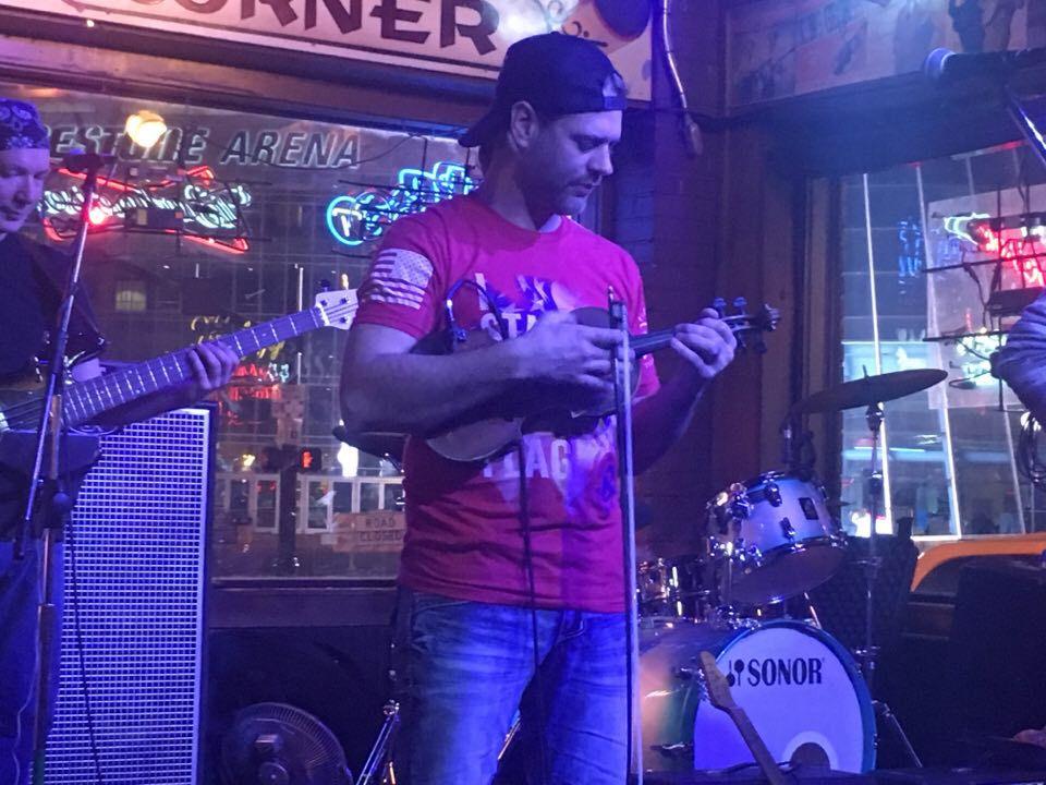 Steve Ott spelar numer fiol i ett coverband på Legend's Corner. Nä. Men han var bra lik.