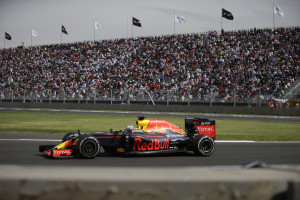 Red Bull driver Daniel Ricciardo, of Australia, competes during the Formula One Mexico Grand Prix auto race at the Hermanos Rodriguez racetrack in Mexico City, Sunday, Oct. 30, 2016. Mercedes driver Lewis Hamilton won the race ahead of fellow Mercedes driver Nico Rosberg and Ferrari driver Sebastian Vettel. (AP Photo/Rebecca Blackwell)
