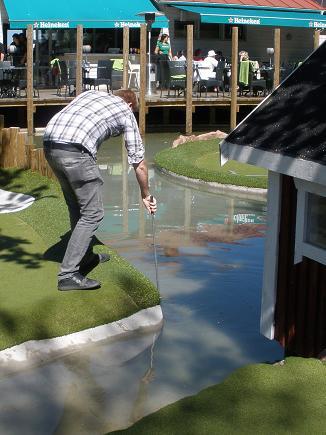 Henrik fiskar efter boll i vattengraven
