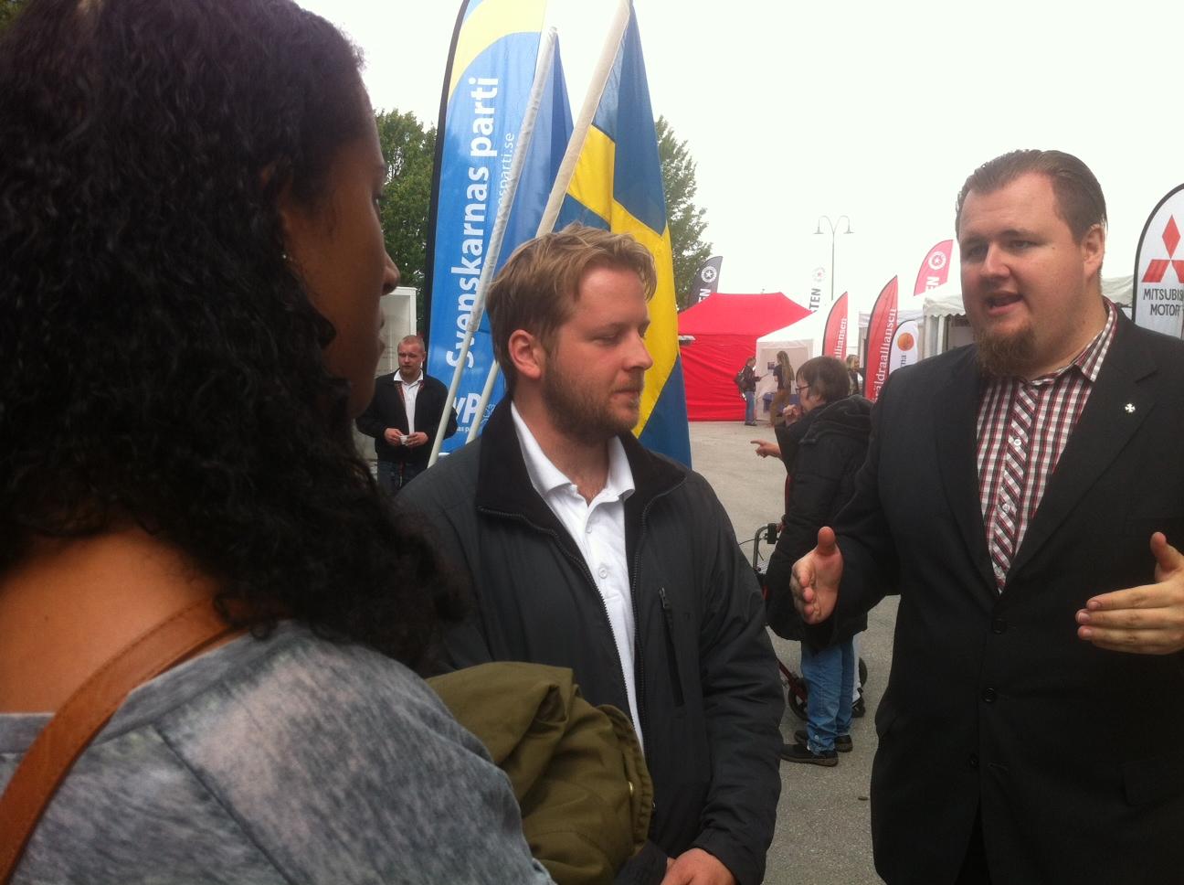 Tova Jones, 17, pratar med nazisterna Samuel och Varenus från Svp. Foto: Lisa Röstlund