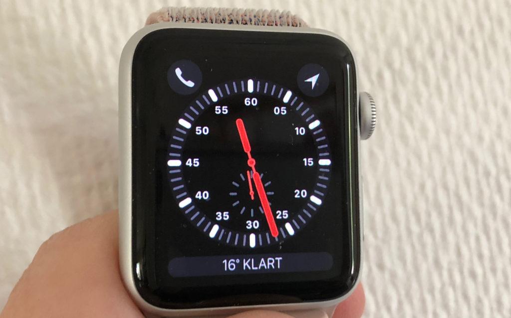 Telefonsymbolen till vänster visar att det är en Apple Watch med inbyggd mobilfunktion.
