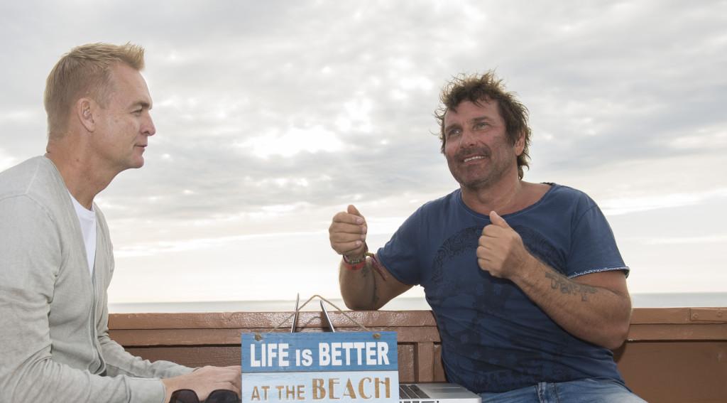 """Torkel Knutsson och Magnus Sundholm i Manhattan Beach efter beskedet att Netflix gör amerikansk version av hans svenska kultfilm, """"Naken"""". Foto: Magnus Sundholm"""
