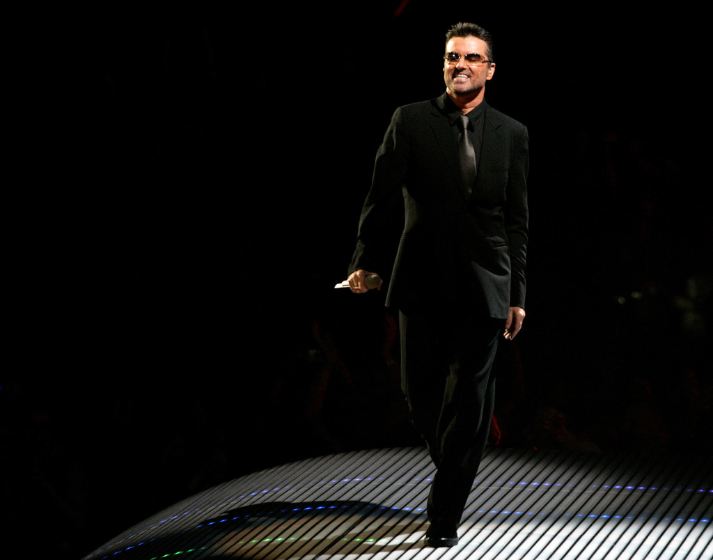 foto : phil noble : manchester 2016-12-25 file photo: british singer george michael performs on the first night of the british leg of his tour at the men arena in manchester, northern england, november 17, 2006. reuters/phil noble/file photo photo:  / reuters / tt / kod 72000 narch/narch3 file photo: british singer george michael performs on the first night of the british leg of his tour at the men arena in mancheste people-michael