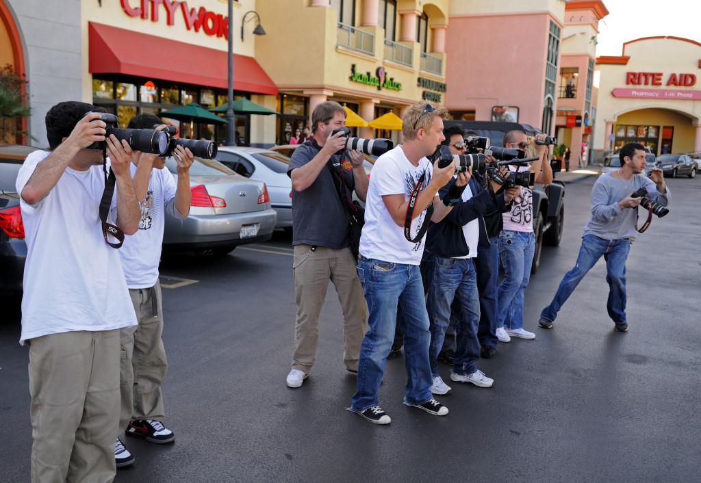 Paparazzi gšr sig beredda att fotografera Miley Cyrus nŠr hon anlŠnder till snabbmatsrestaurangen City Wok i Studio City i Kalifornien. Foto: Magnus Sundholm