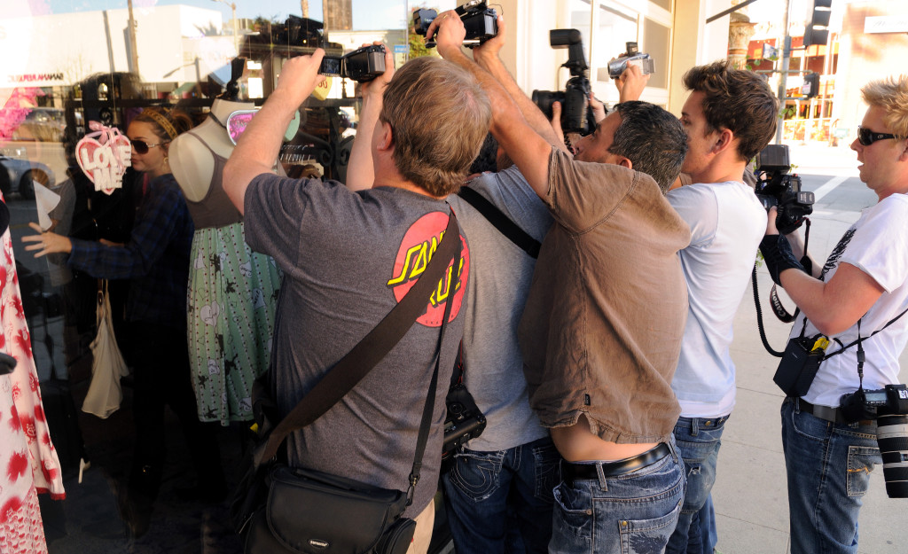 Steve Han och hans kollegor fšrsšker fŒnga Miley Cyrus pŒ bild inne pŒ Royal Duchess i Studio City i Kalifornien. Foto: Magnus Sundholm