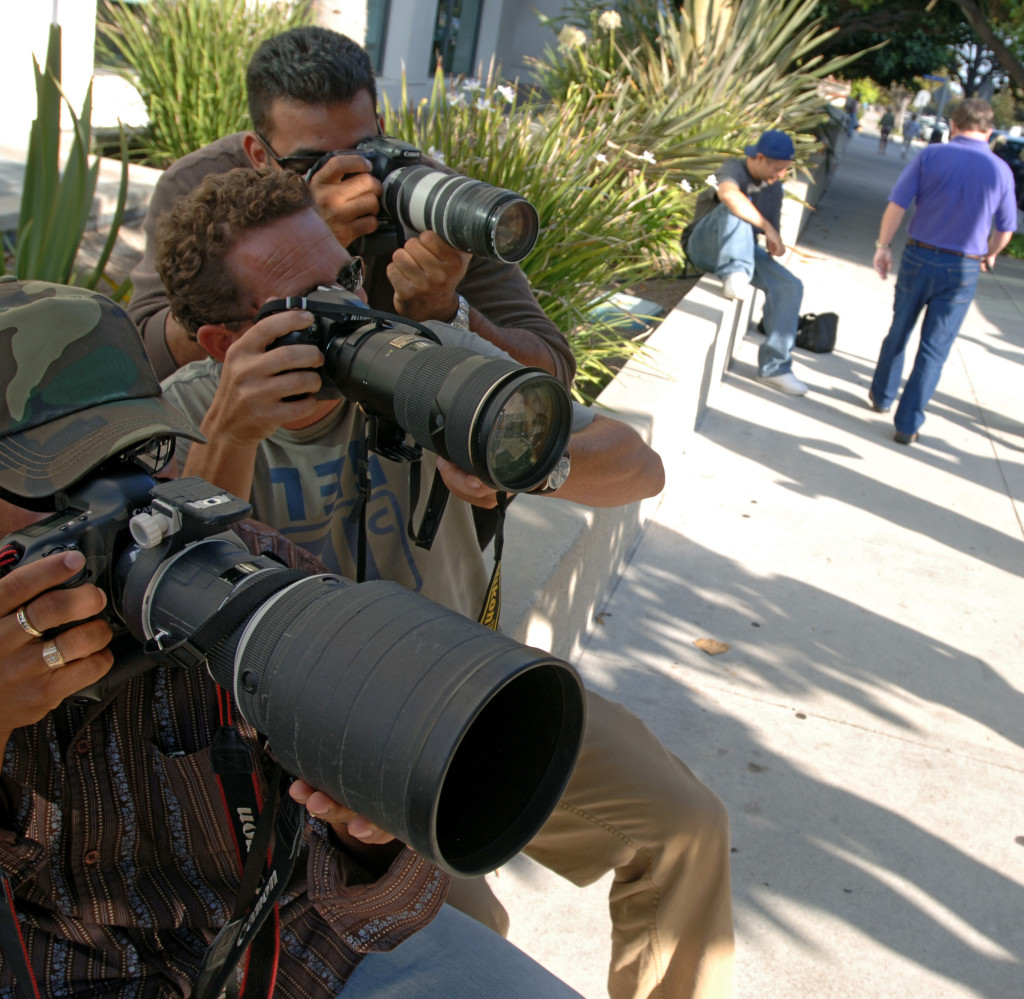 Paparazzifotograferna (Fr v) Oscar Duran, James LInley och den fšre detta polismannen Donnovan Tyler. Foto: Magnus Sundhomlm