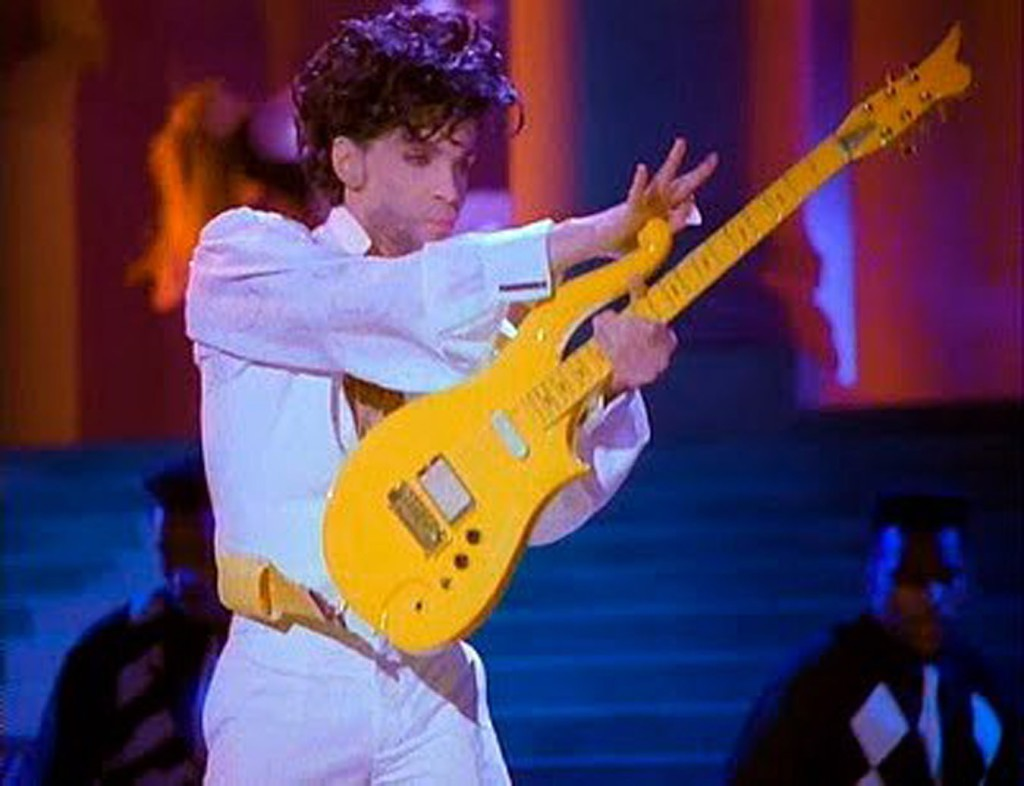 ap foto : ap : this photo provided by heritage auctions shows prince playing his yellow cloud electric guitar.   indianapolis colts owner jim irsay has purchased the yellow cloud electric guitar that prince used in numerous concerts until the mid-1990's. the nfl football team owner and collector of musical instruments paid $137,500 for the guitar at an auction in beverly hills saturday, june 25, 2016. heritage auctions, which conducted the auction, says the solid body guitar was a favorite of the late musician from the late 1980's to the mid-1990's.  (heritage auctions via ap) ap provides access to this handout photo to be used solely to illustrate news reporting or commentary on the facts or events depicted in this image. this image may only be used for 14 days from time of transmission; no archiving; no licensing us-prince guita automatarkiverad