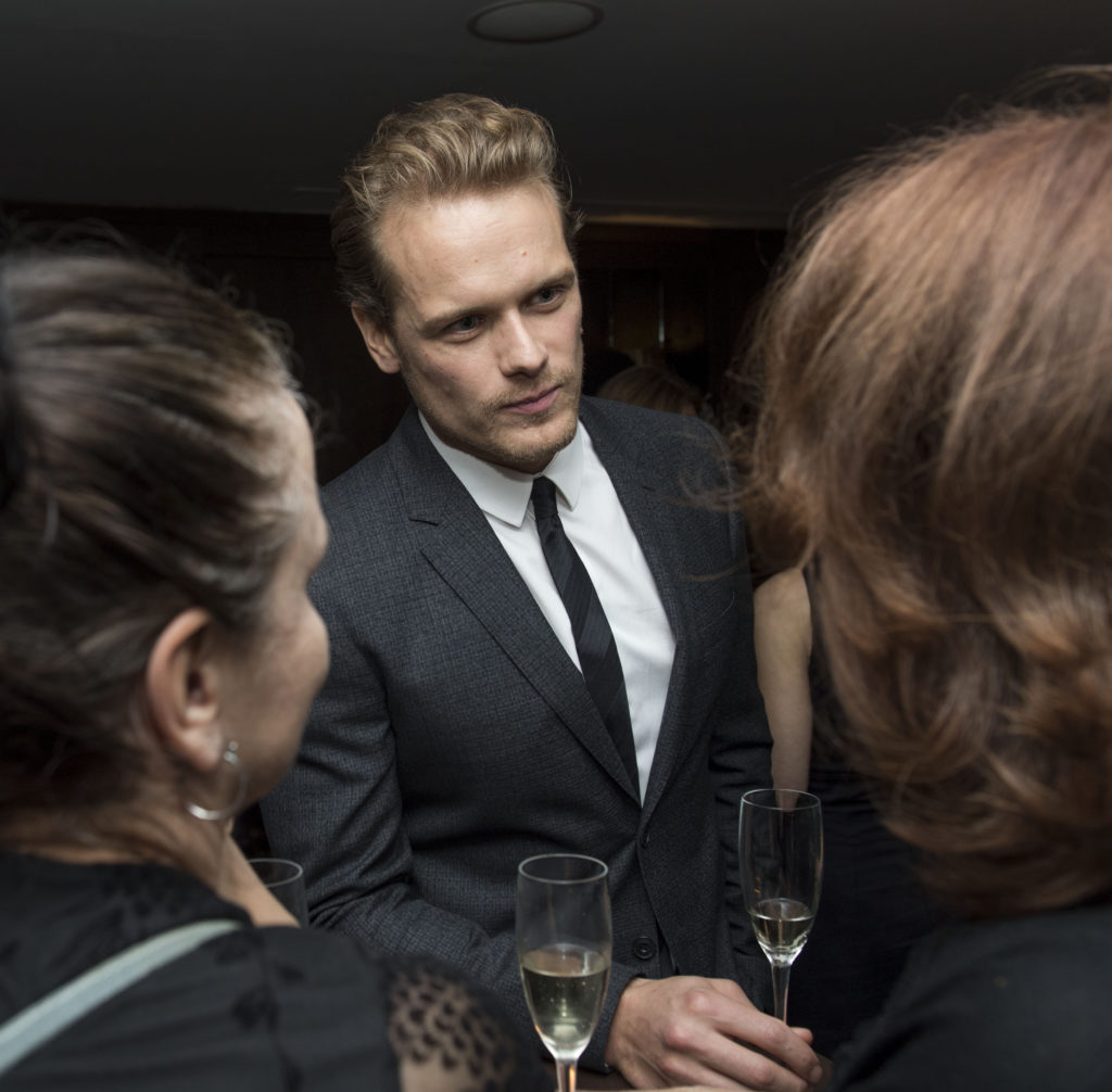 Sam Heughan talking to two friends. Photo: Magnus Sundholm