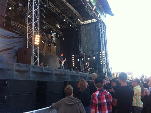Mustasch är första bandet ut på största scenen.