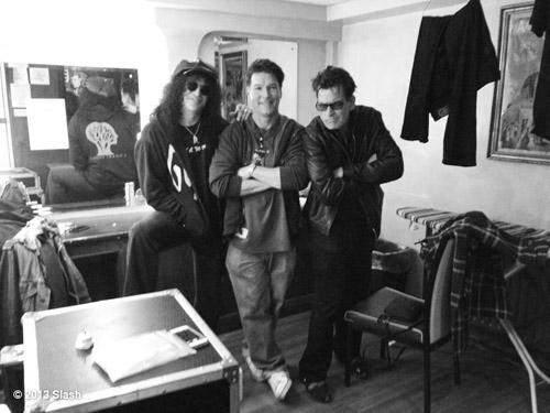 """Slash och """"Mr Winning"""" hänger backstage i Dublin med en okänd snubbe."""