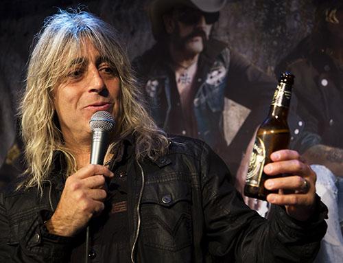 Mikkey Dee berättar att han gillar gruppens egna bira. Även om han föredrar att dricka ur burk. Foto: Thomas Johansson