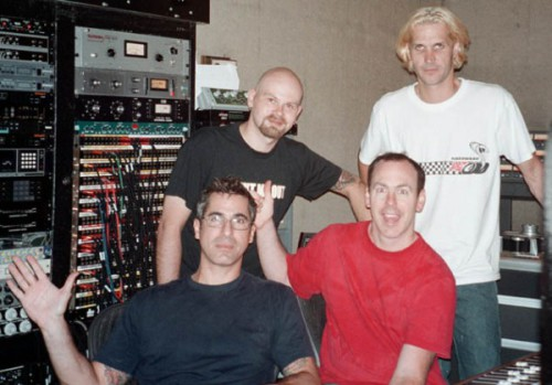 "Någon konstig snubbe tillsammans med Bad Religion-medlemmarna Brett Gurewitz, Greg Graffin och Jay Bentley under inspelningarna av ""The process of belief"" i Los Angeles i augusti 2001."