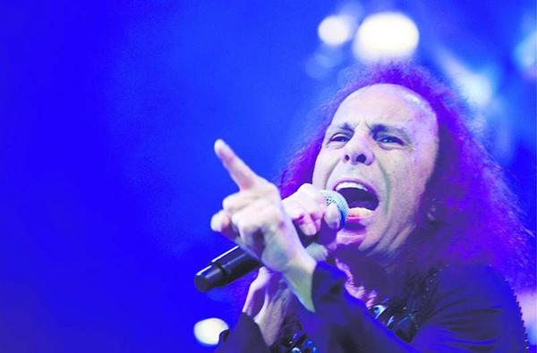 Ronnie James Dio vid sitt sista framträdande i Sverige, med Heaven & Hell på Sweden Rock Festival 2009. (Foto: Rickard Nilsson)