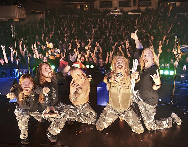 Falutruppen (då med trummisvikarien Snowy Shaw) på tyska Full Metal Cruise i maj 2013. Den vilda seglatsen skildrades i förra årets nummer av Aftonbladet Hårdrock! – ett reportage som pluskunder kan läsa här.