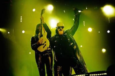 """Nytillskottet Richie Faulkner och veteranen Rob Halford under det som skulle bli Judas Priests sista konsert i Sverige 2011. Det blev väl lite sisådär med den saken, med tanke på att gruppen i juli släpper nya skivan """"Redeemer of souls"""". (Foto: Rickard Nilsson)"""