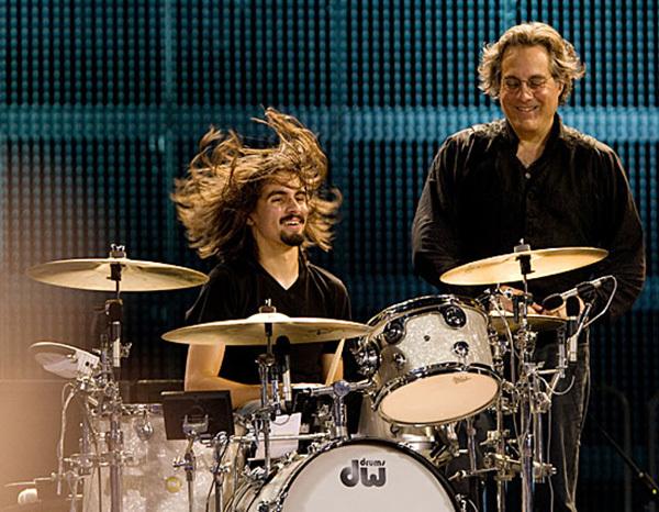 Takthållarens pappa, här i bakgrunden, är ganska känd för att tidigare ha ingått i Bruce Springsteens E Street Band.