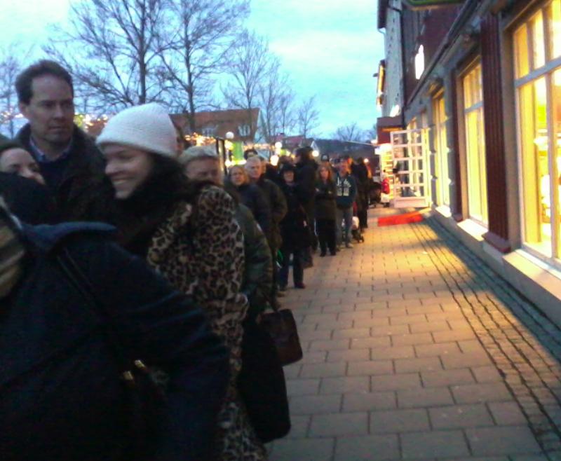 Kö utanför systembolaget i Kungsbacka kl 16.00 den 30 dec 2013. Allvarligt; Sverige är efterblivet. Själv kan jag gå ner till kisoken på stranden och köpa öl.