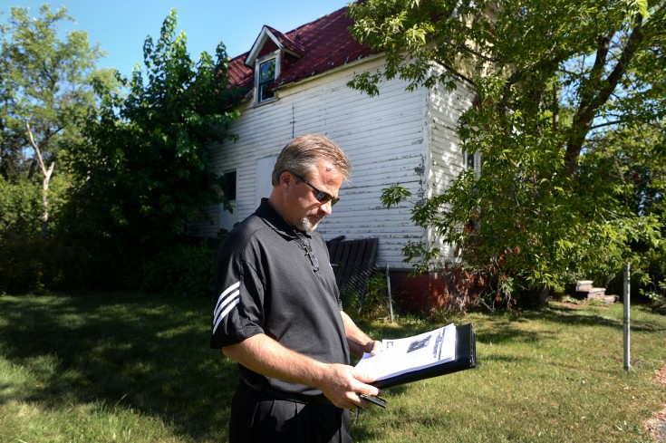 Mäklaren Ian Whitelaw visar huset på Pryor Street som kostar en dollar