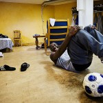 """""""Jag svettas väldigt mycket när jag gör situps"""", förklarar Lansana fläckarna på golvet i hans tillfälliga hem."""