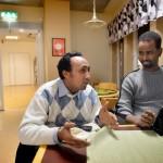 """Vännerna Nuradiin och Abdullahi från Borlänge träffades på sfi-utbildningen för akademiker. De är trötta på fördomar om svensksomalier. Abdullahi jobbar som tjänsteman på kommunen och har en universitetsexamen i nationalekonomi - samma utbildning som finansministern Anders Borg. Nuradiin är också ekonom, men har utbildat sig till busschaufför i Borlänge. """"Man blir isolerad om man inte jobbar"""", säger Nuradiin."""