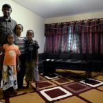 Abdinasir och hans familj har just flyttat in i sin lägenhet i miljonprogrammet Tjärna Ängar. Kommunen vill inte renovera de slitna husen, eftersom det skulle höja hyrorna.