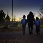 Abdirahman och Abdulahi är på väg till skolan. De har just återförenats i Sverige med sin pappa, som de inte sett på nästan fem år.