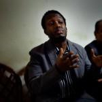 """Hassan Ali, som jobbar som städare, är upprörd. Han tycker att svenska samhället sätter upp hinder för nyanlända: """"På Arbetsförmedlingen fick jag inte prata med någon, bara sitta vid en dator. Jag visste inte ens hur man skulle sätta på den""""."""