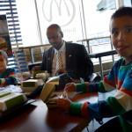 """Ahmed Abdiqadir och sönerna Zacharias, 6 och Elias, 4, bryter fastan efter bönen med stadig frukost på McDonalds. De är en riktig """"Svensson""""-familj. """"Vi har väntat i 20 år på att få en ny moské här i Borlänge"""" säger Ahmed Abdiqadir."""
