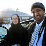 """Ahmed Abdiqadir har bott i Sverige i 20 år och är gift med Marika som är född här i Dalarna. Hon har konverterat till islam, och träffade sin man på ett muslimskt sommarläger. Hennes föräldrar, som är frikyrkliga har accepterat dotterns nya religion: """"De respekterar oss, och vi respekterar dem""""."""