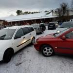 Efter bönen är det kaos när bilarna försöker komma ut från skolans parkering. De som inte tagit ledigt har bråttom iväg till jobbet.
